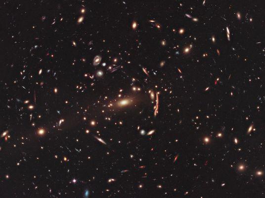 Matéria Negra Distorce Aglomerados de Galáxias Para Além do Esperado, Desafiando Teoria Cósmica