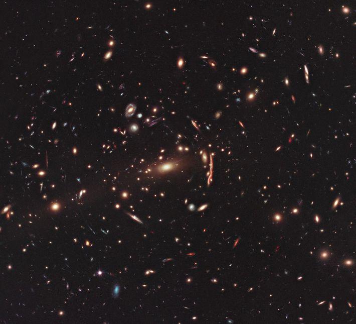 Esta imagem captada pelo telescópio espacial Hubble da NASA/ESA mostra o aglomerado de galáxias MACS J1206. ...