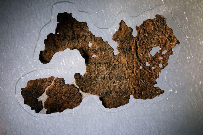 O Museu da Bíblia tem 16 supostos fragmentos dos Manuscritos do Mar Morto, incluindo este pedaço ...