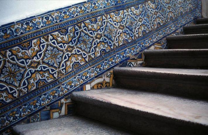 Azulejo português na escadaria do Antigo Paço Episcopal, em Elvas.