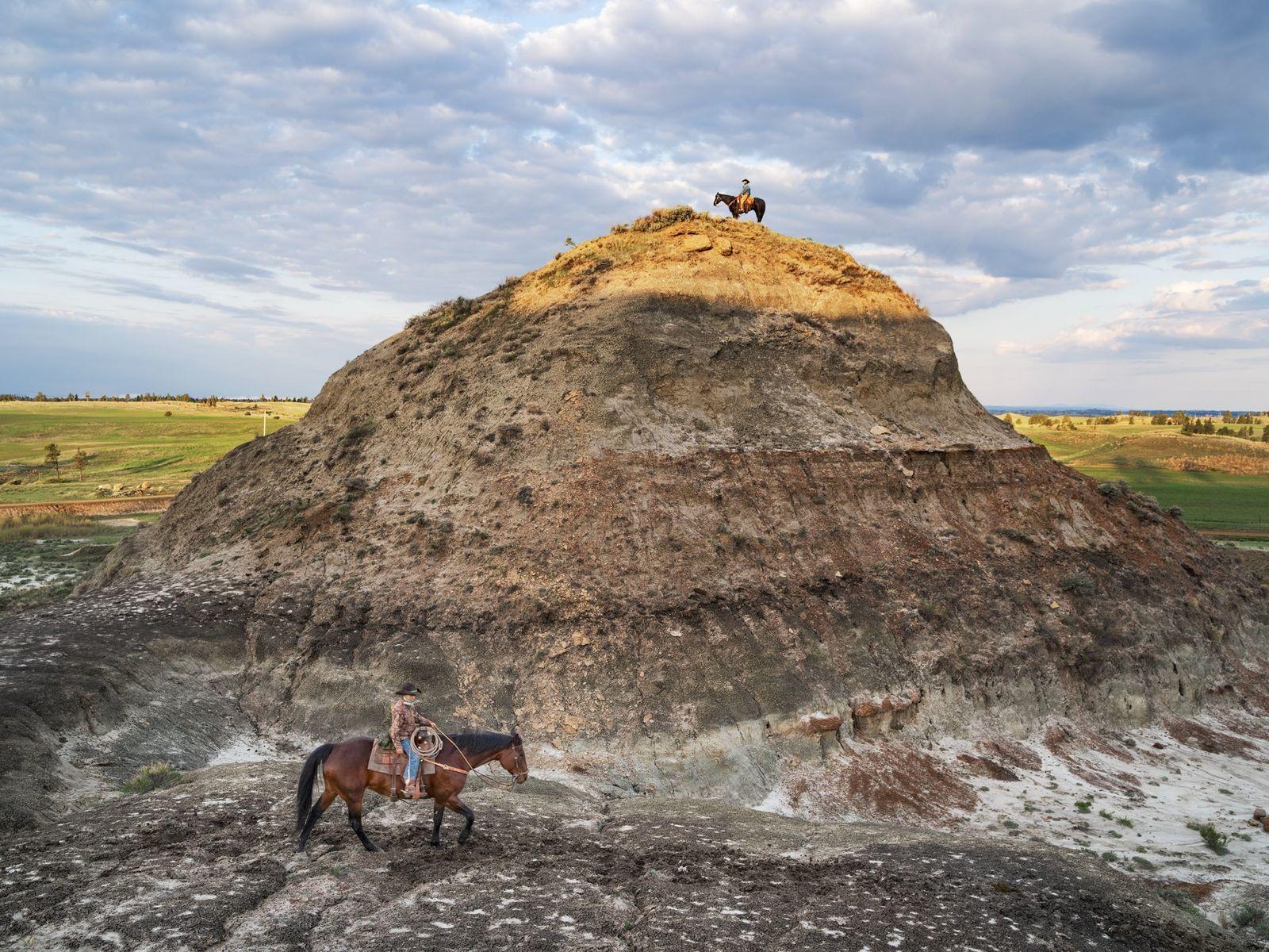 """Conhecido em alguns círculos como o """"cowboy dos dinossauros"""", o rancheiro Clayton Phipps (em cima) explora ..."""