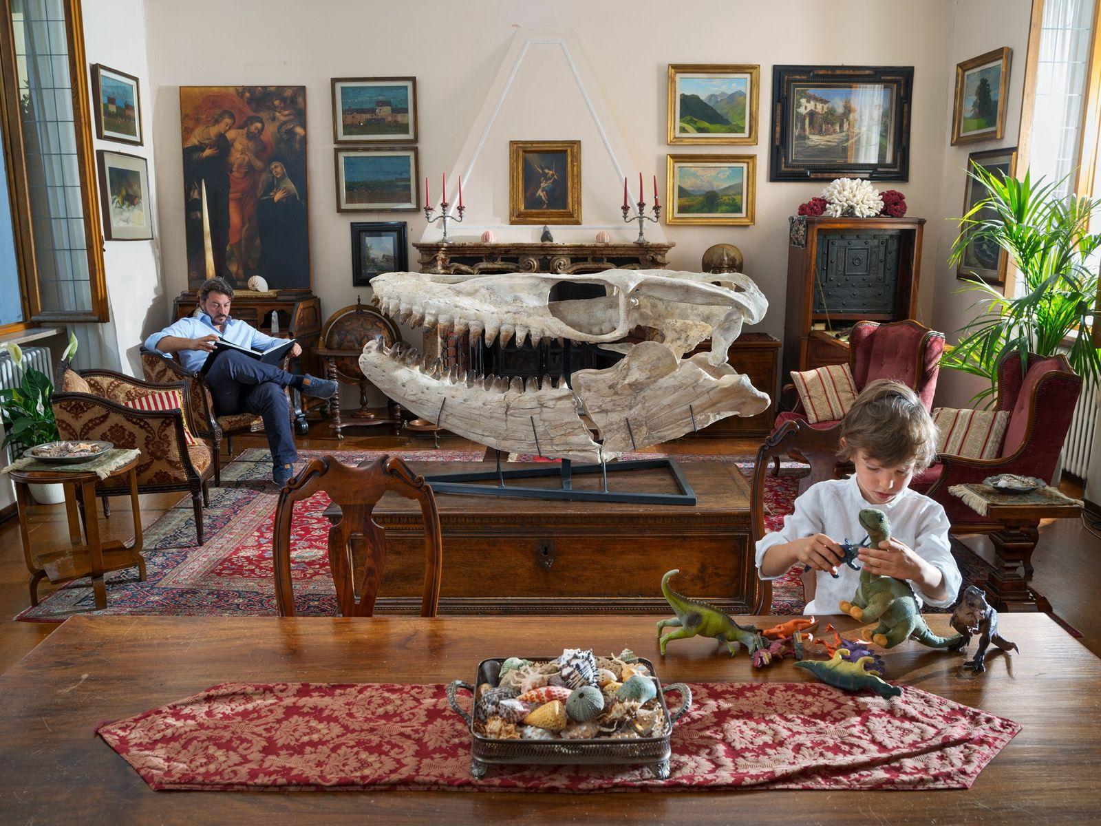 Os dinossauros de plástico podem ocupar a imaginação de Edoardo, mas para o seu pai, Francesco ...