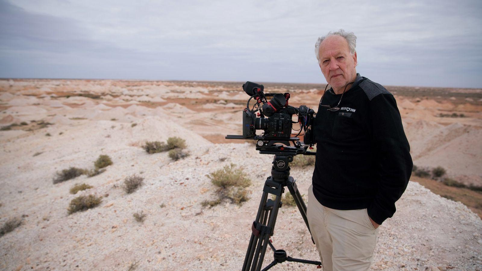 Werner Herzog no local de filmagens do seu novo documentário, Nomad: In the Footsteps of Bruce ...
