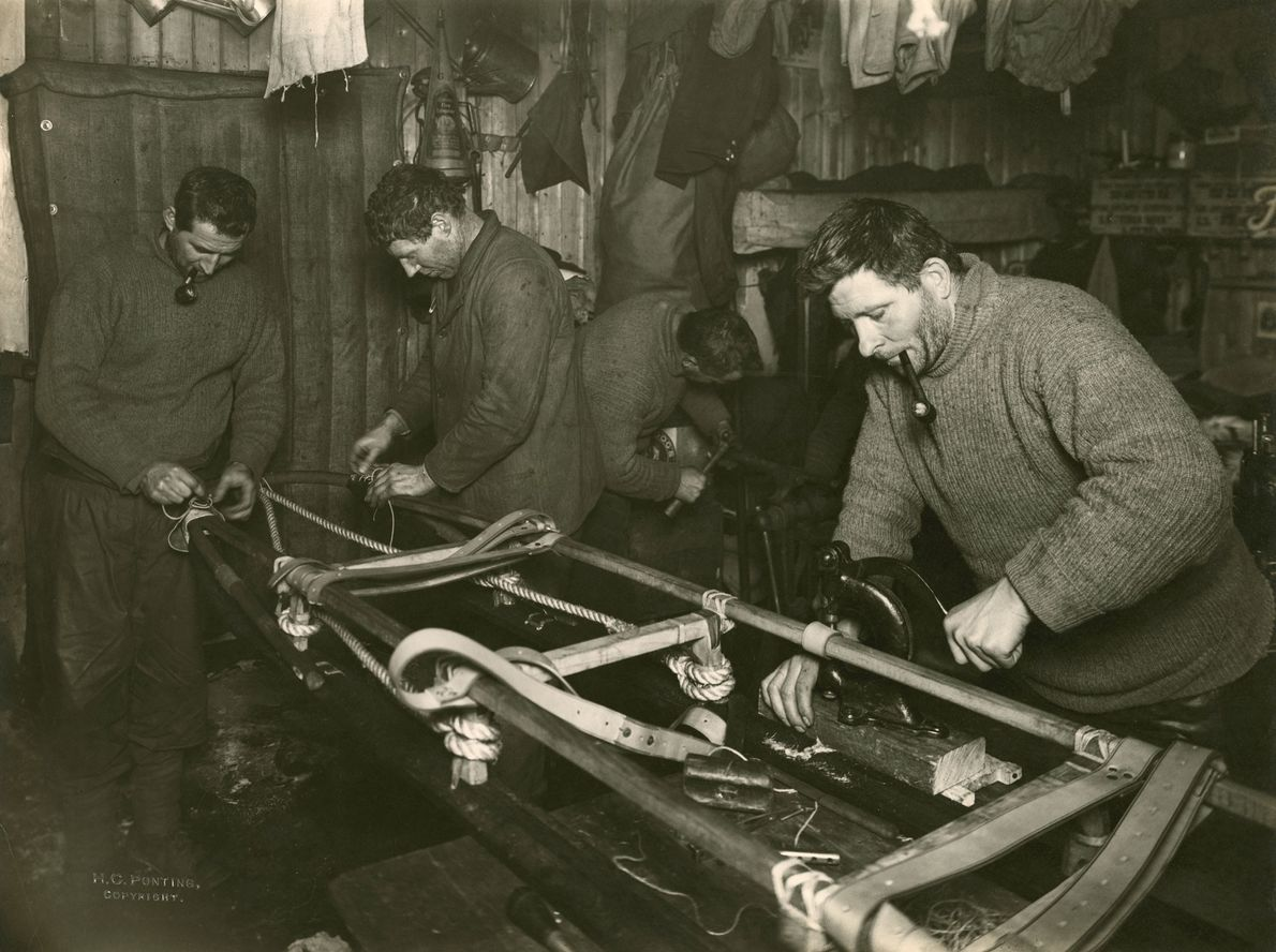 Os homens constroem um trenó usado para transportar itens durante a expedição. A equipa do Polo ...