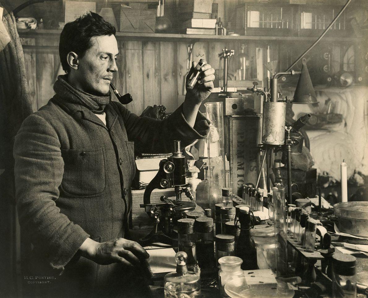 O doutor Edward Atkinson realiza experimentos no seu laboratório durante a expedição. Parte do objetivo de ...