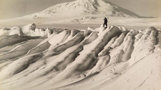 Um membro da expedição Terra Nova de Robert Falcon Scott ao Polo Sul, num icebergue perto ...