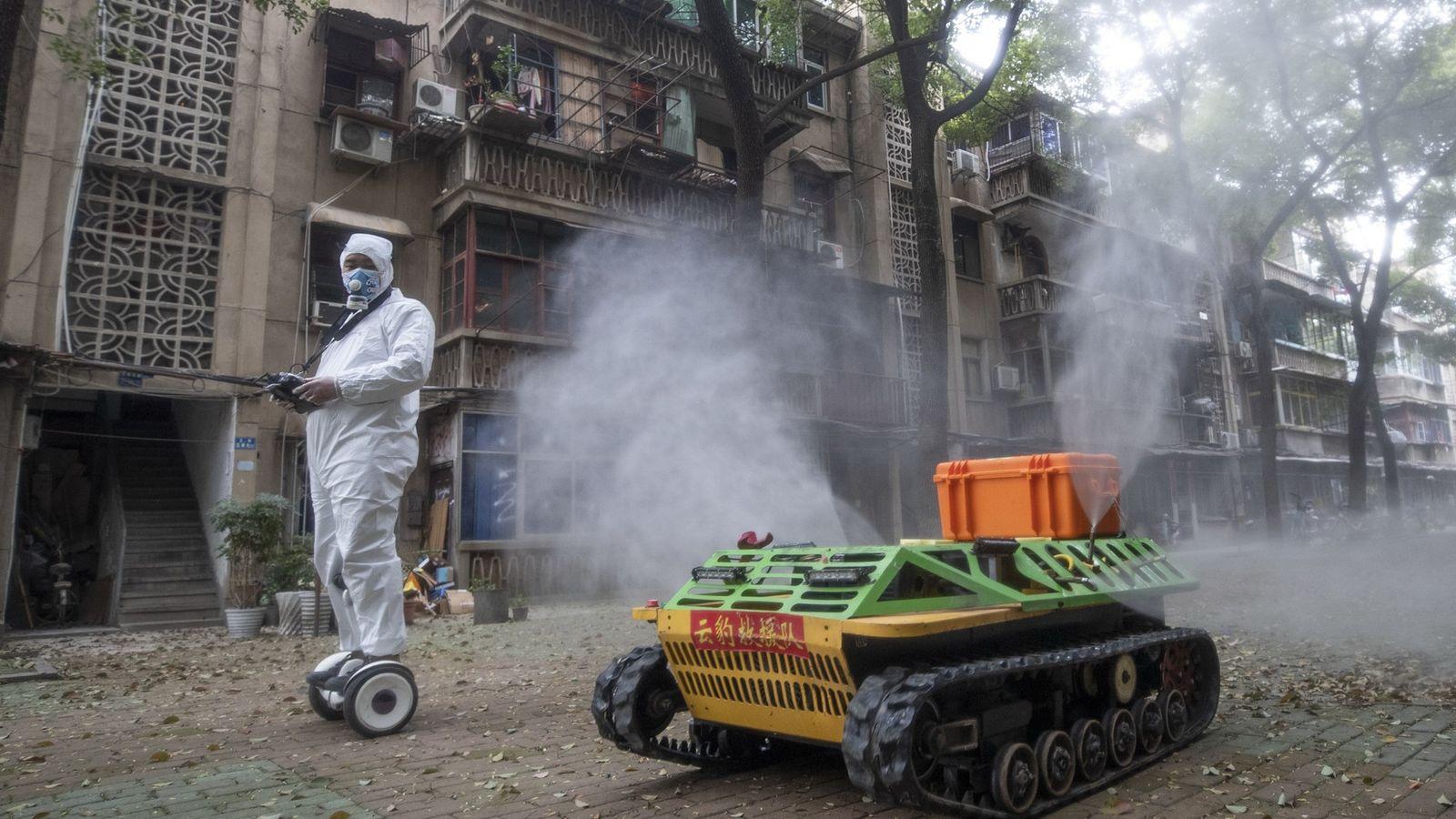 Um tanque robótico pulveriza desinfetante nas ruas de Wuhan, na China, no dia 16 de março. ...