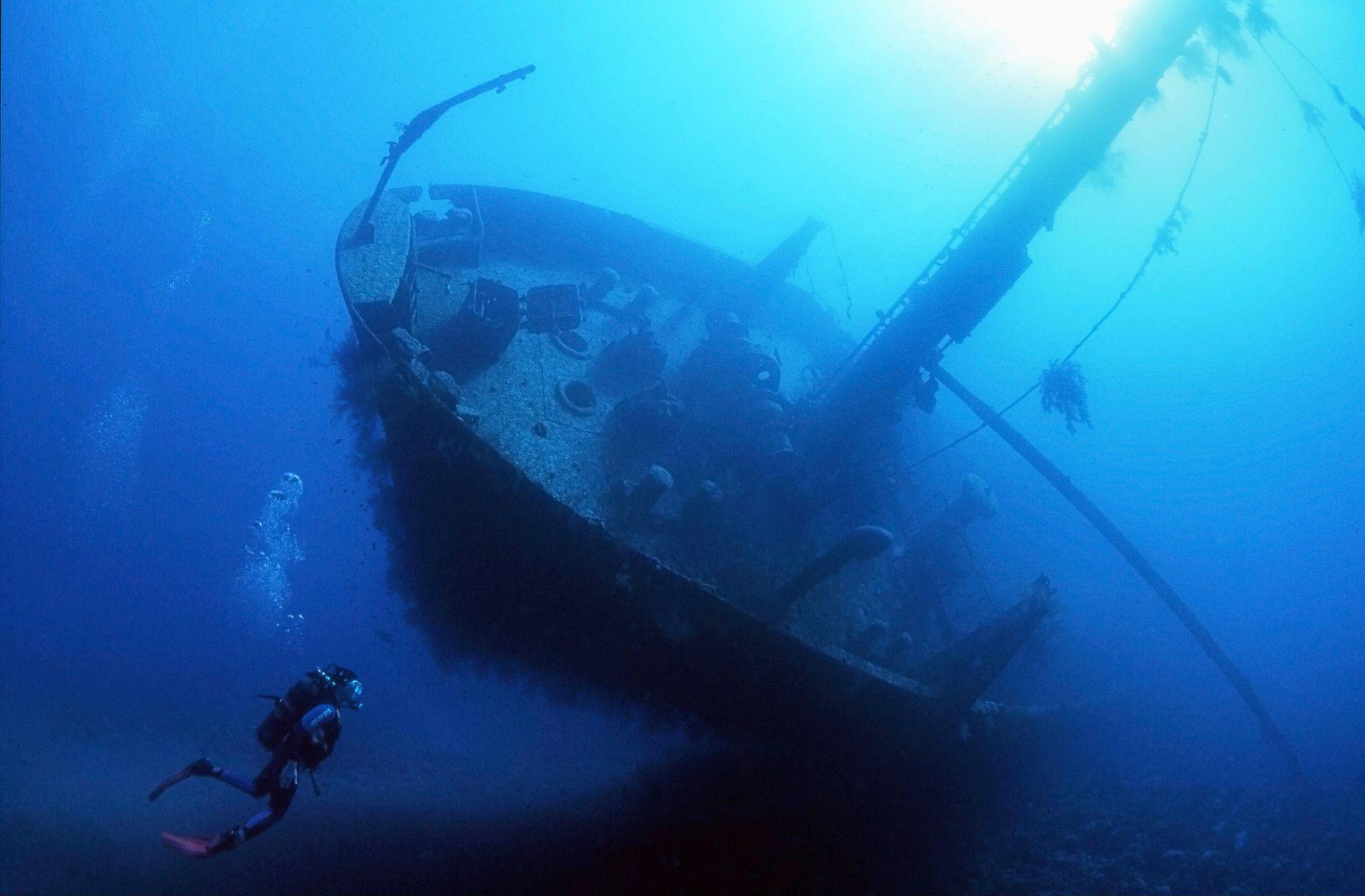 Navios e um antigo avião Hercules C-130 afundados na Jordânia