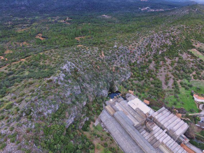 Vista aérea, tomada por drone, do Arrife da Serra d'Aire (a escarpa de falha que separa ...