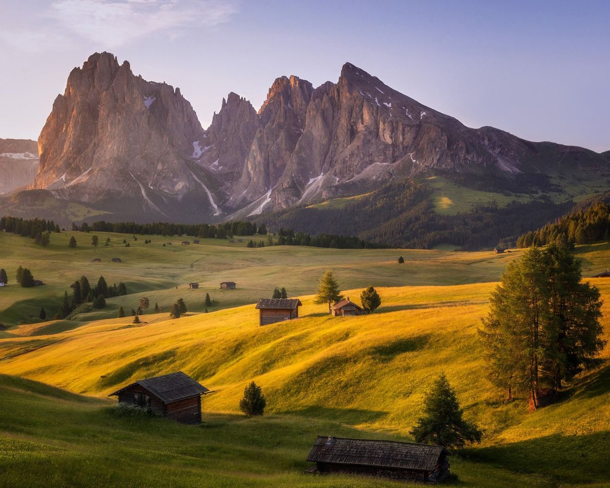 Em Itália, o dramatismo das Dolomitas é acentuado pelo Alpe di Suisi, o maior planalto de ...