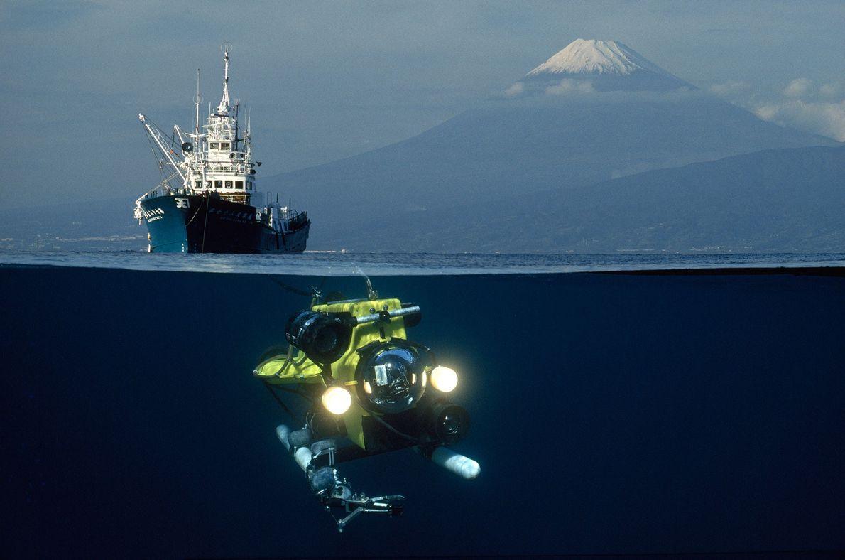 Um veículo de operação remota (ROV) desce para a Baía de Suruga, Japão, com o Monte ...