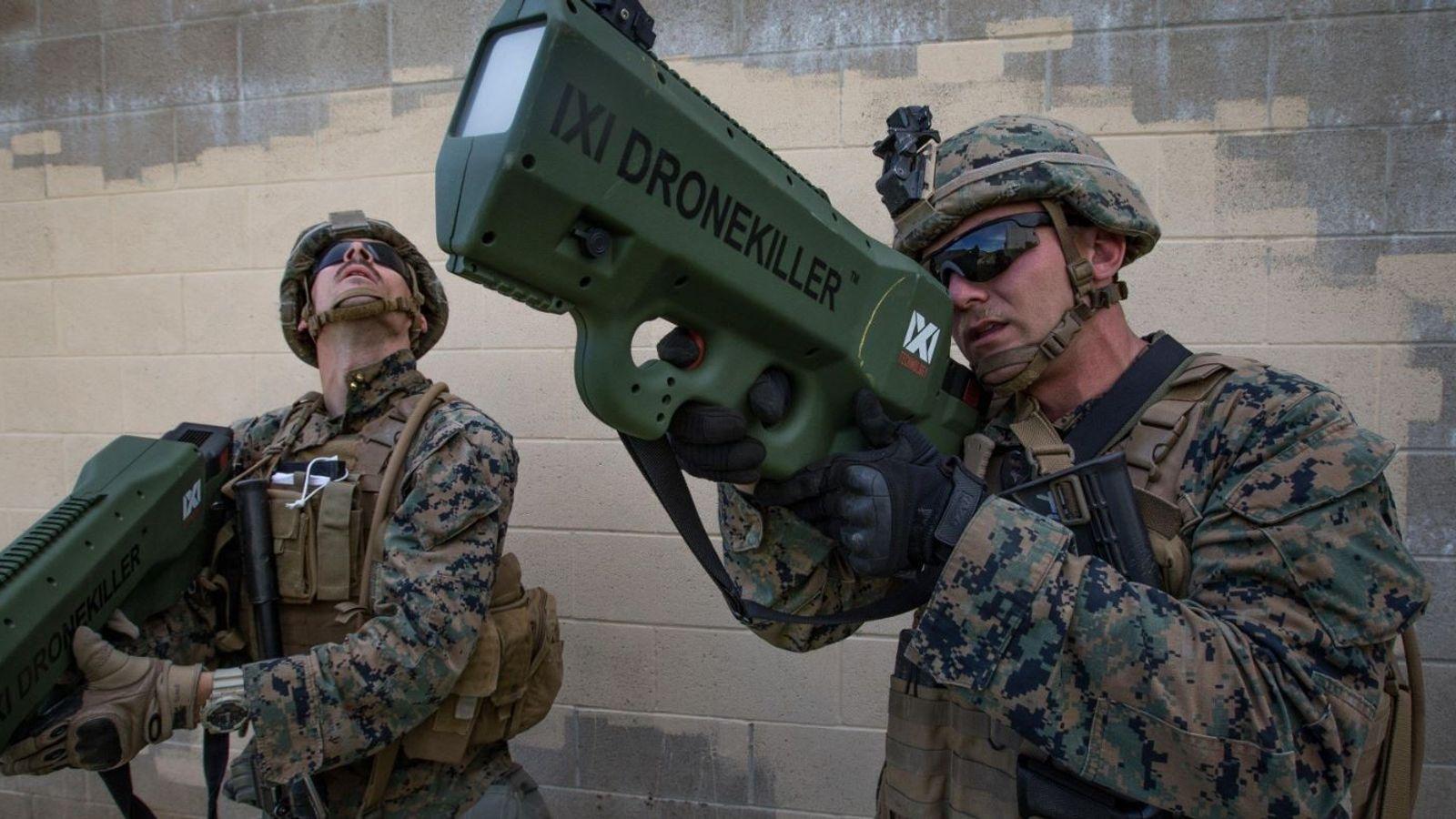 O Cabo Briar Purty, do Corpo de Fuzileiros dos EUA, testa o IXI Drone Killer durante ...