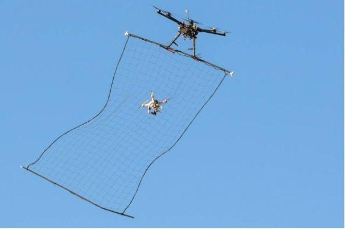 Um sistema de captura de veículos aéreos não tripulados a capturar um drone Phantom 3 na ...