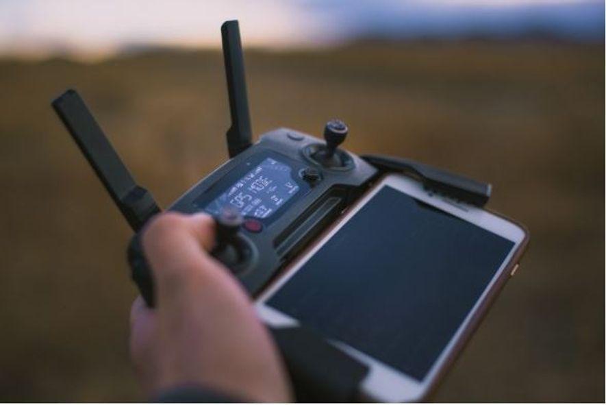 """Muitos dos drones são controlados por telemóvel, permitindo ao operador """"ver"""" o que o drone está ..."""