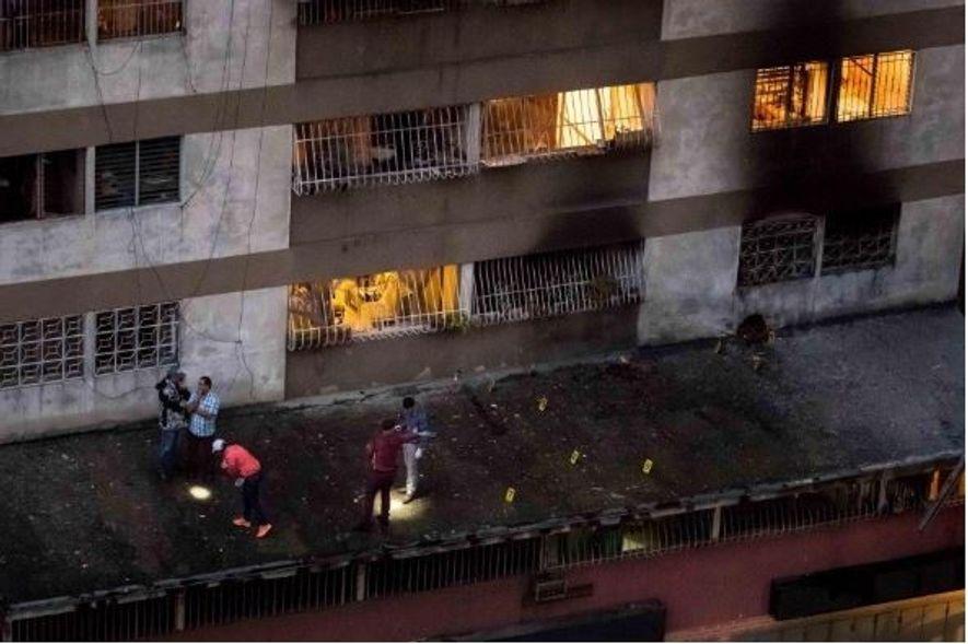 Forças de segurança examinam provas de uma explosão originada por um drone, em Caracas, na Venezuela, ...