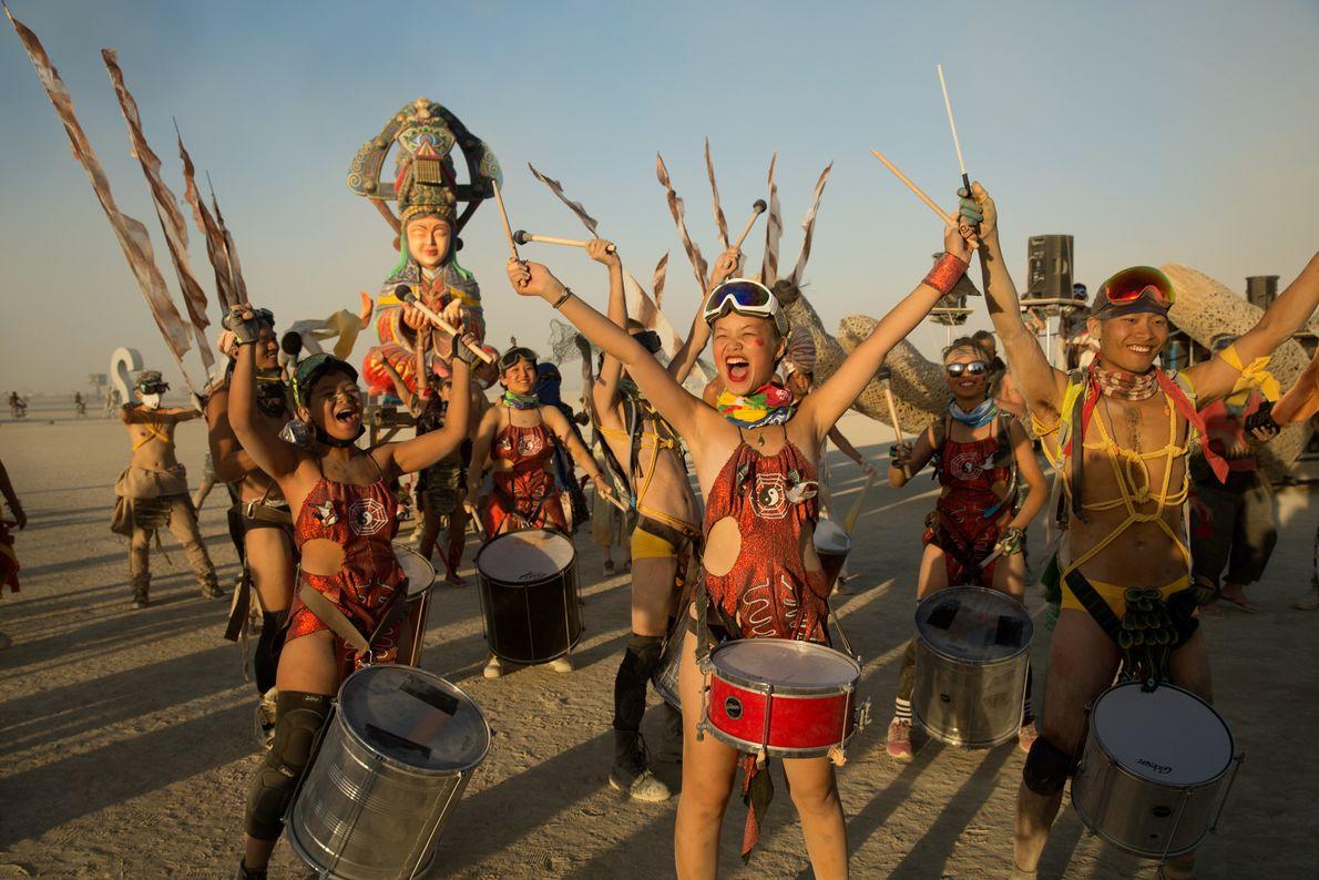 Um grupo de foliões mascarados de Taiwan