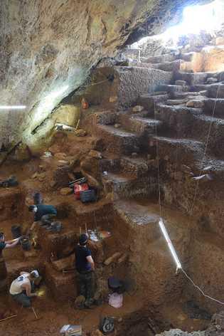 A equipa de arqueólogos durante os trabalhos na Lapa do Picareiro.