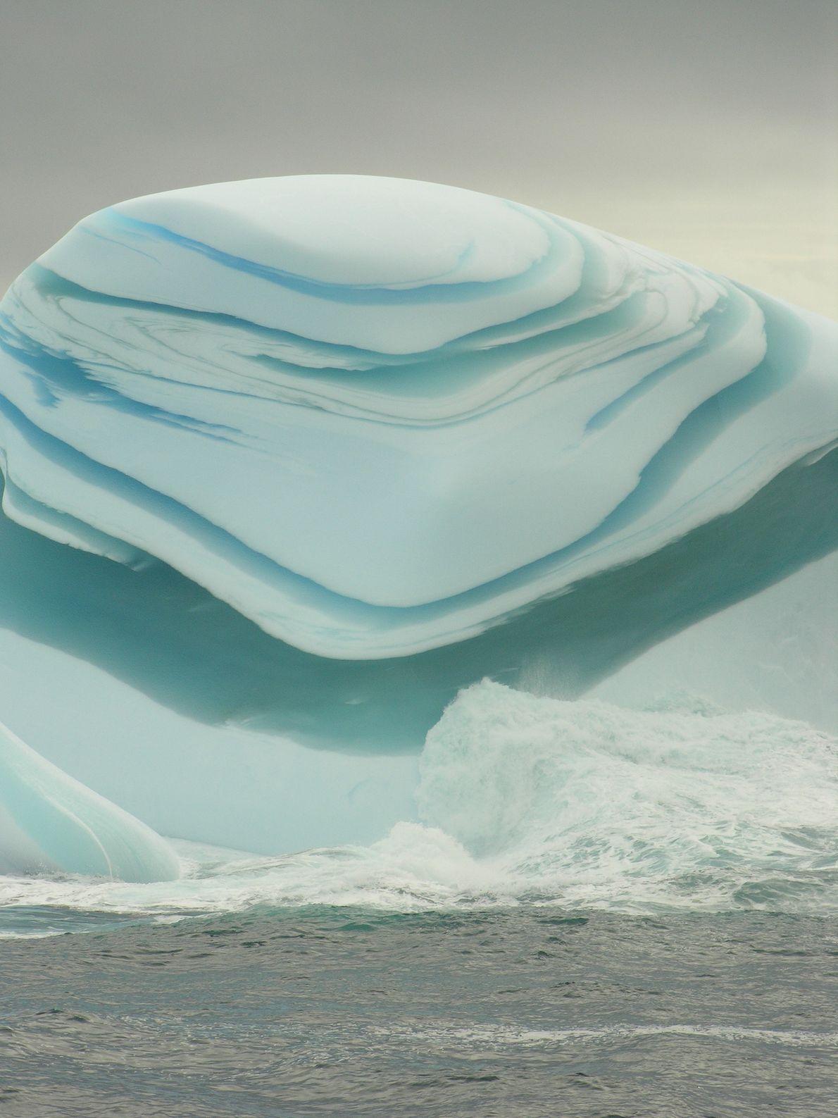 """Recortes de gelo verde e branco dão a este """"jade bergue"""" uma aparência fora do normal."""