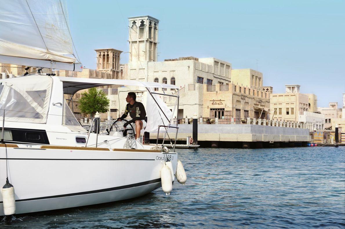Navegar pelas águas que contornam a cidade com uma empresa que realiza passeios turísticos é uma ...