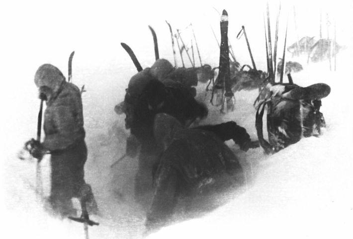 A película recuperada no local mostra a última fotografia tirada pela equipa de Dyatlov, com membros ...