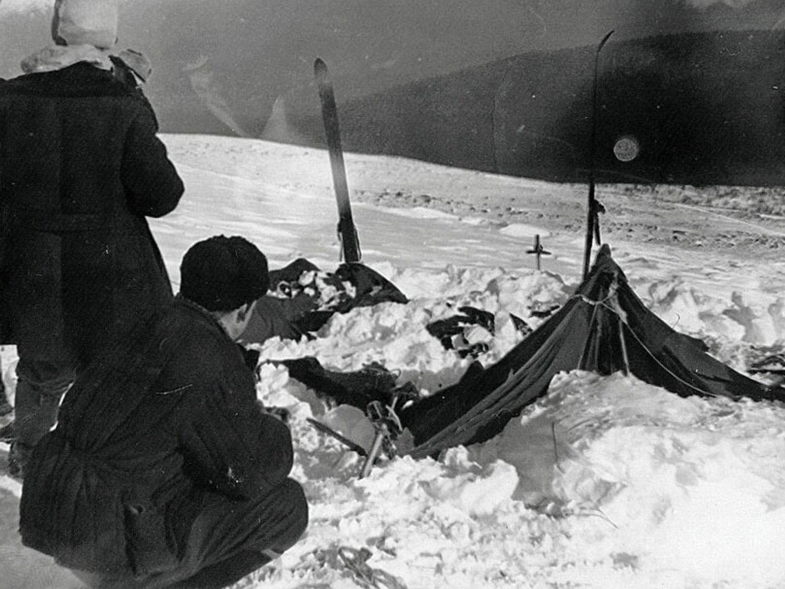 Investigadores soviéticos examinam a tenda pertencente à expedição de Passo Dyatlov no dia 26 de fevereiro ...