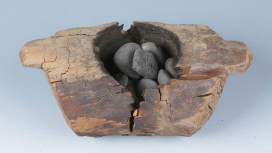Túmulos com 2500 anos, no cemitério Jirzankal, no oeste da China, apresentam braseiros de madeira que ...