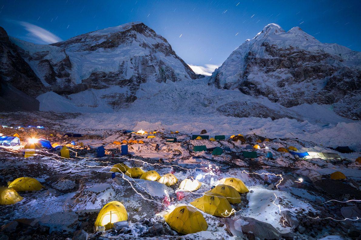 As lanternas rasgam o céu noturno, no Acampamento Base Khumbu, no Monte Evereste, no Nepal.
