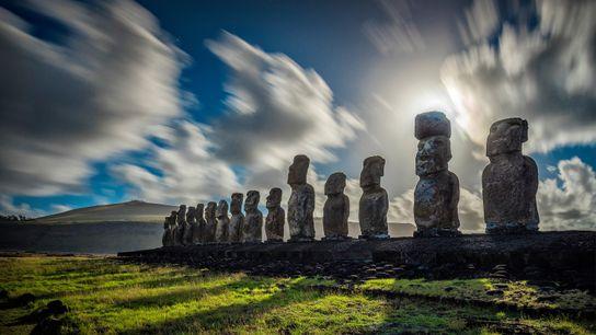Nuvens sobrevoam as esculturas monolíticas da Ilha de Páscoa.