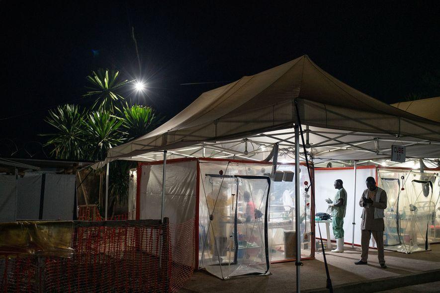 """Kavugho Mukoni Romelie, com 16 anos, recebe tratamentos para o Ébola em Beni, no centro da Aliança de Ação Médica Internacional. O tratamento é feito nas Unidades Bio-seguras de Atendimento de Emergência, conhecidas por """"cubos"""", um dos avanços recentes na tecnologia para tratar o vírus."""