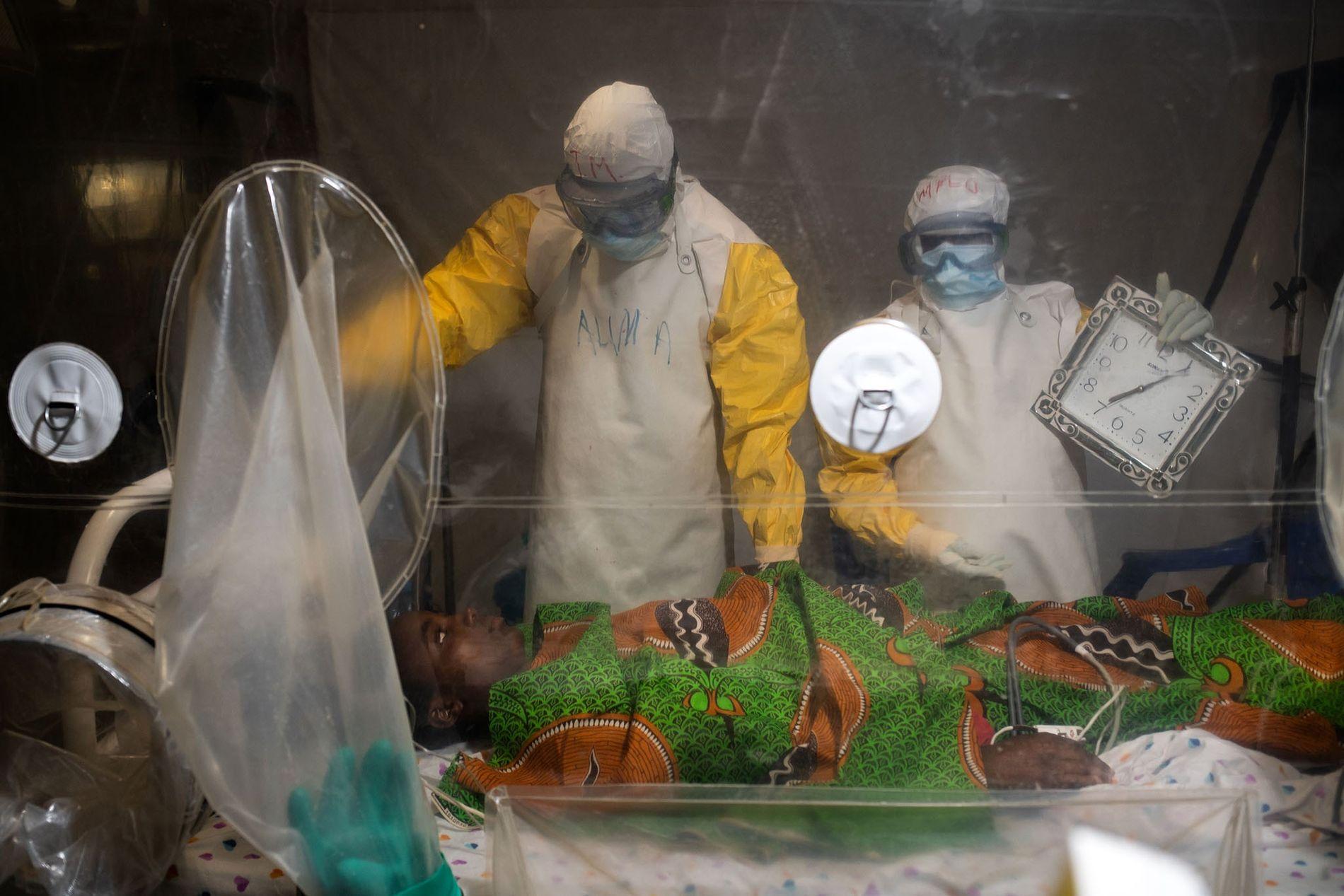 Kavugho Mukoni Romelie, 16 anos, recebe tratamento contra o ébola no centro da Aliança de Ação ...