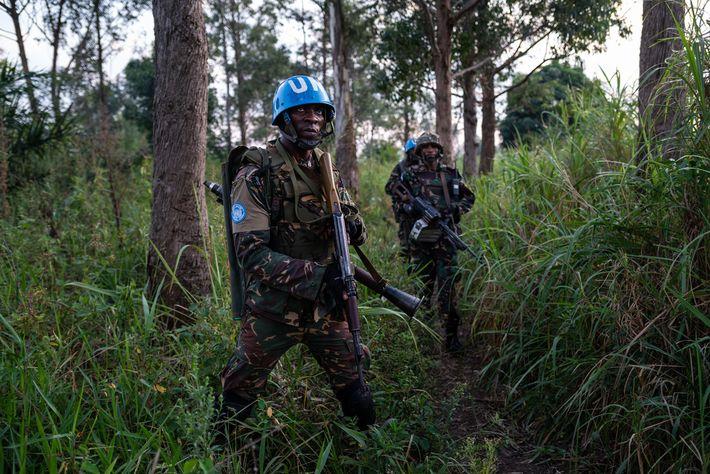 Guardas armados patrulham Munzambayi, uma área perto de Beni, para combater a violência contra os centros ...