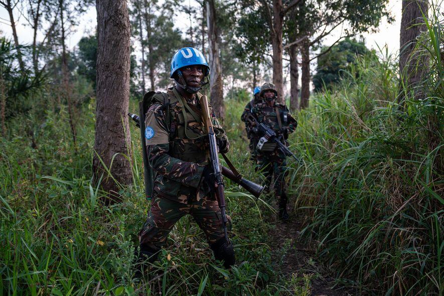 Guardas armados patrulham Munzambayi, uma área perto de Beni, para combater a violência contra os centros de tratamento do Ébola.