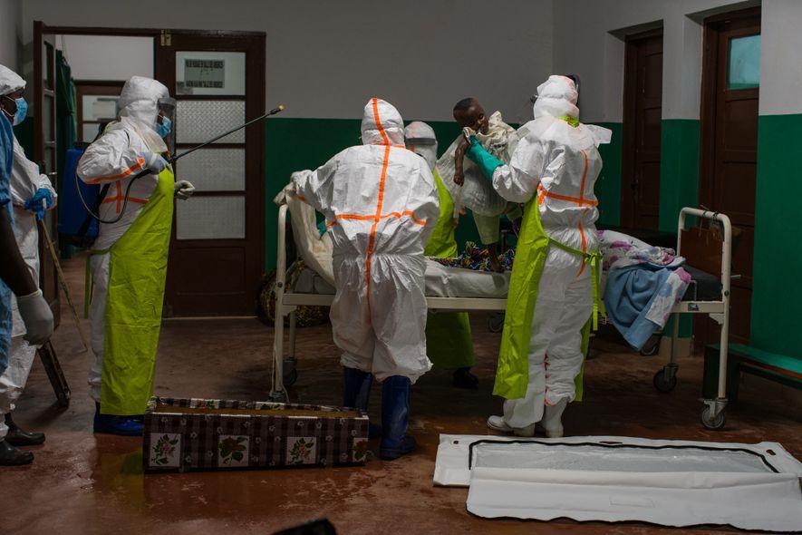 Uma adolescente que morreu pouco tempo depois de chegar ao hospital e foi testada para o Ébola post mortem. Todos os pacientes que morrem em Kyondo são sepultados de forma digna e segura, independentemente da causa da morte.