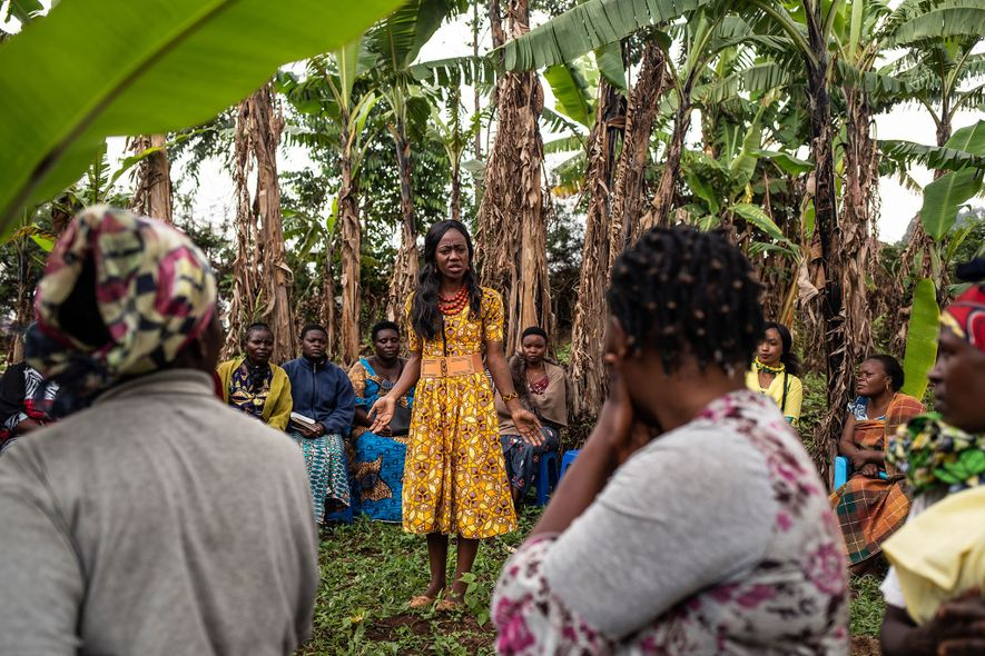 Mulyanza Vithya Huguette, 24 anos e sobrevivente de Ébola, partilha o seu testemunho com um grupo de mulheres para diminuir o estigma em torno do vírus.