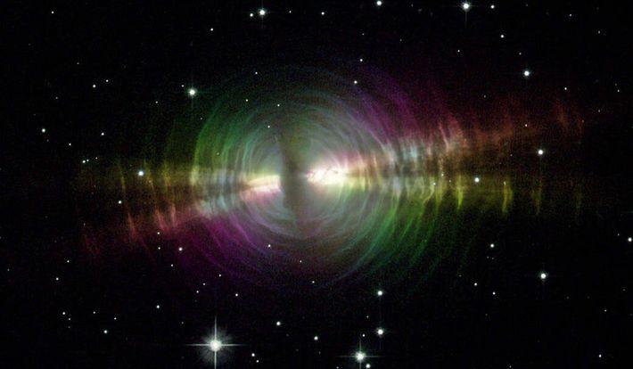 Explosões de poeira de estrelas envelhecidas, semelhantes às da Nebulosa do Ovo (na imagem), são uma ...