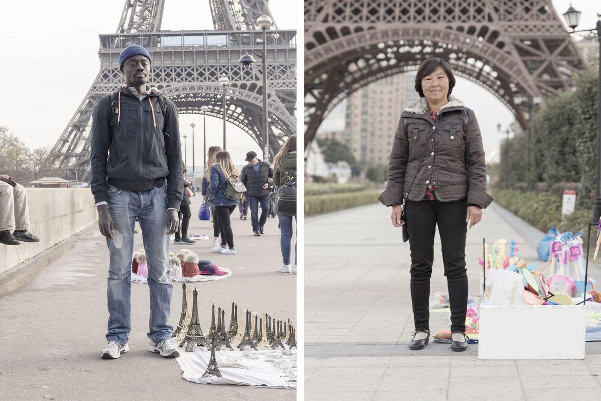 Turistas junto à Torre Eiffel