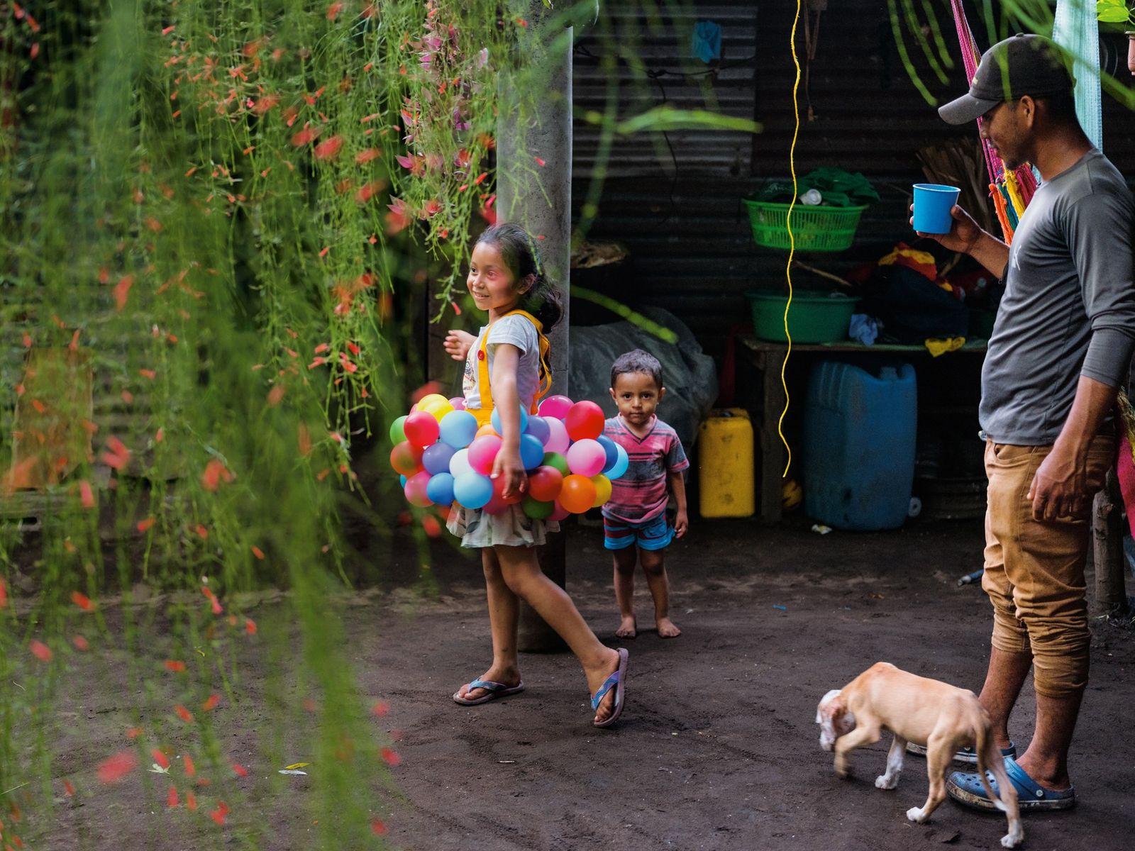 O pescador Arnovis Guidos Portillo observa os filhos na sua casa em El Salvador. Depois de ...