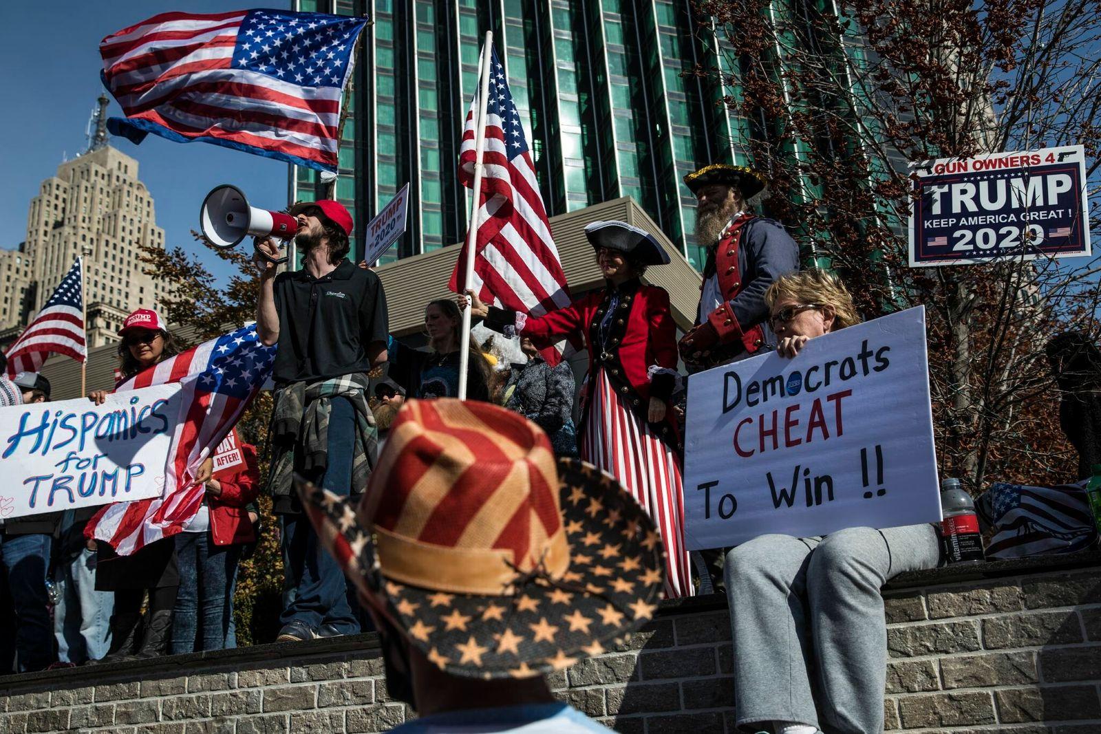 Em Detroit, apoiantes de Trump protestaram contra a legalidade da contagem de votos, no exterior do ...