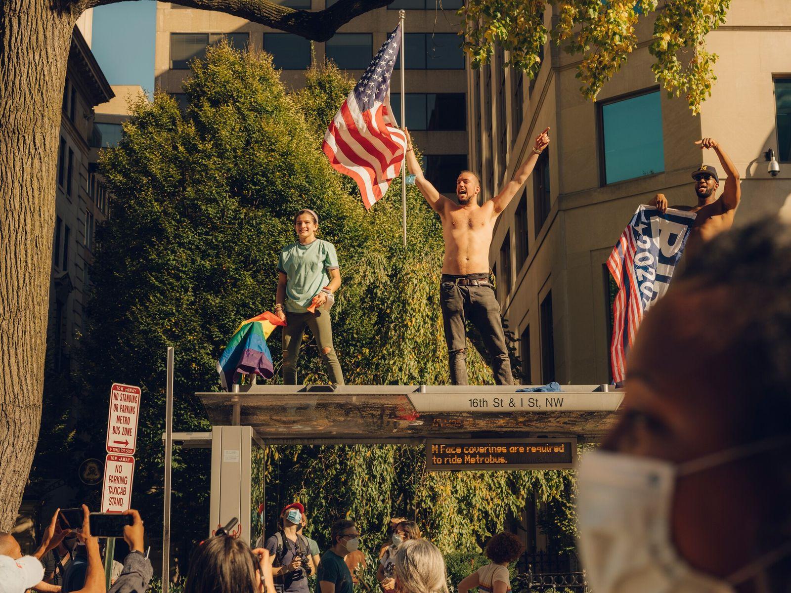 Quatro dias depois do dia das eleições, manifestantes na Black Lives Matter Plaza, em Washington D.C., ...