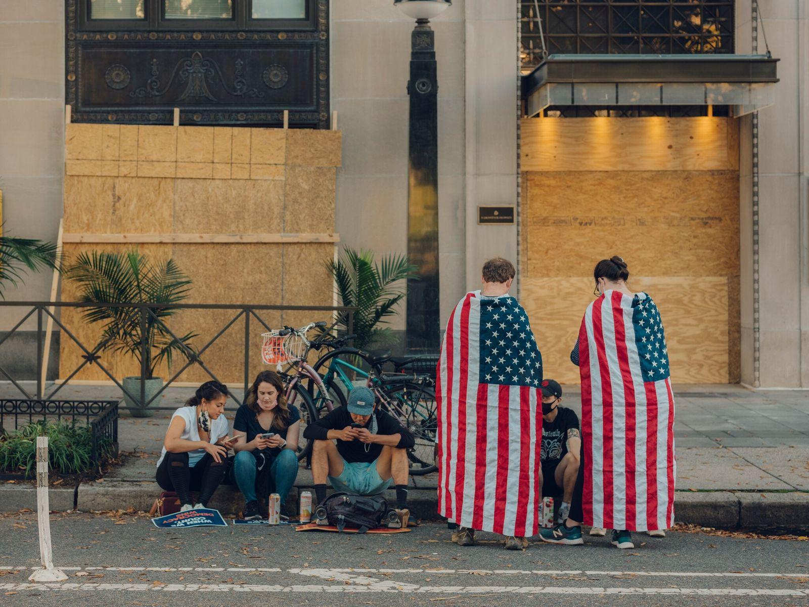 Quatro dias após o dia das eleições, manifestantes na Black Lives Matter Plaza, em Washington D.C., ...