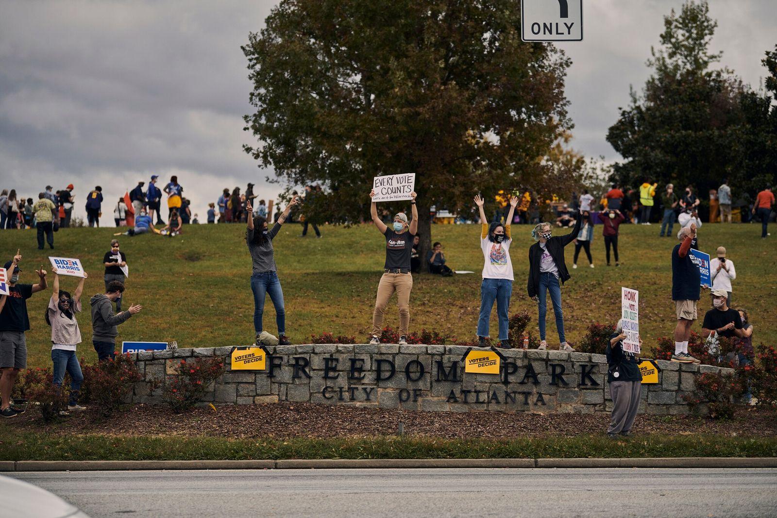Os habitantes de Atlanta saíram à rua para comemorar o anúncio da vitória de Joe Biden ...