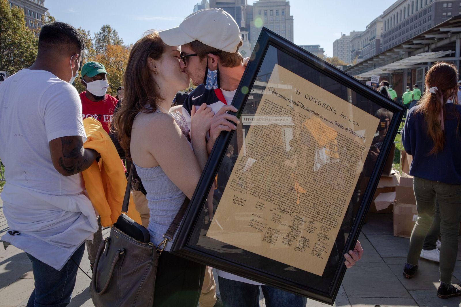Cooper Sherwin e Joan Taylor, que fizeram campanha por Joe Biden na Pensilvânia, beijam-se enquanto Cooper ...