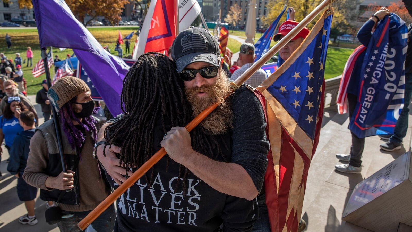 Um abraço que a nação precisa. Nos degraus do Capitólio do Estado de Michigan, em Lansing, ...