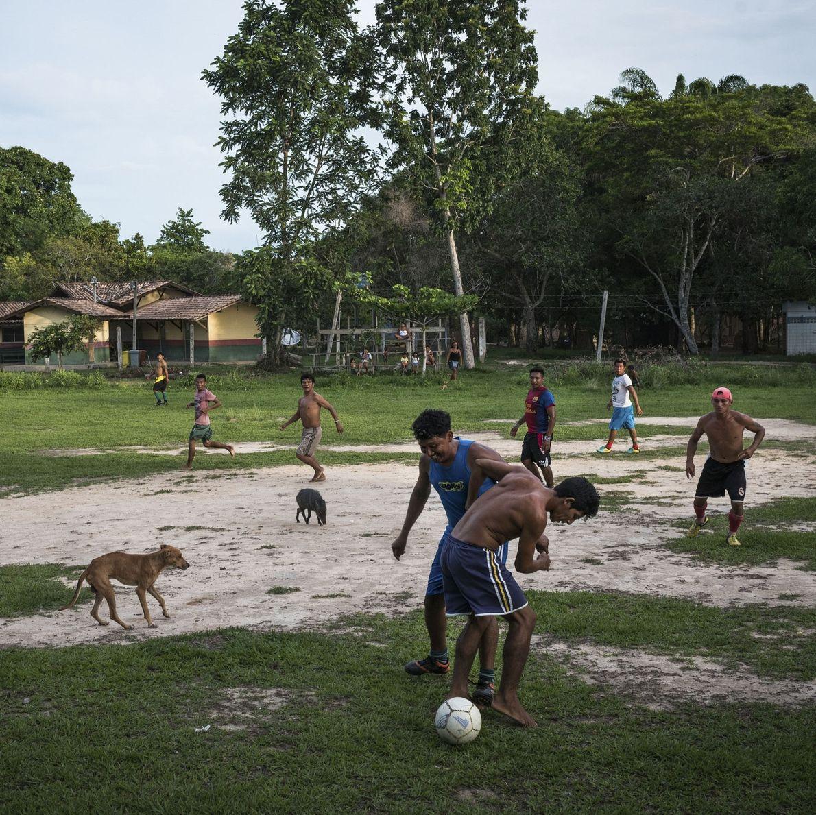 Jovens Munduruku da Praia do Índio, L'Aranjao