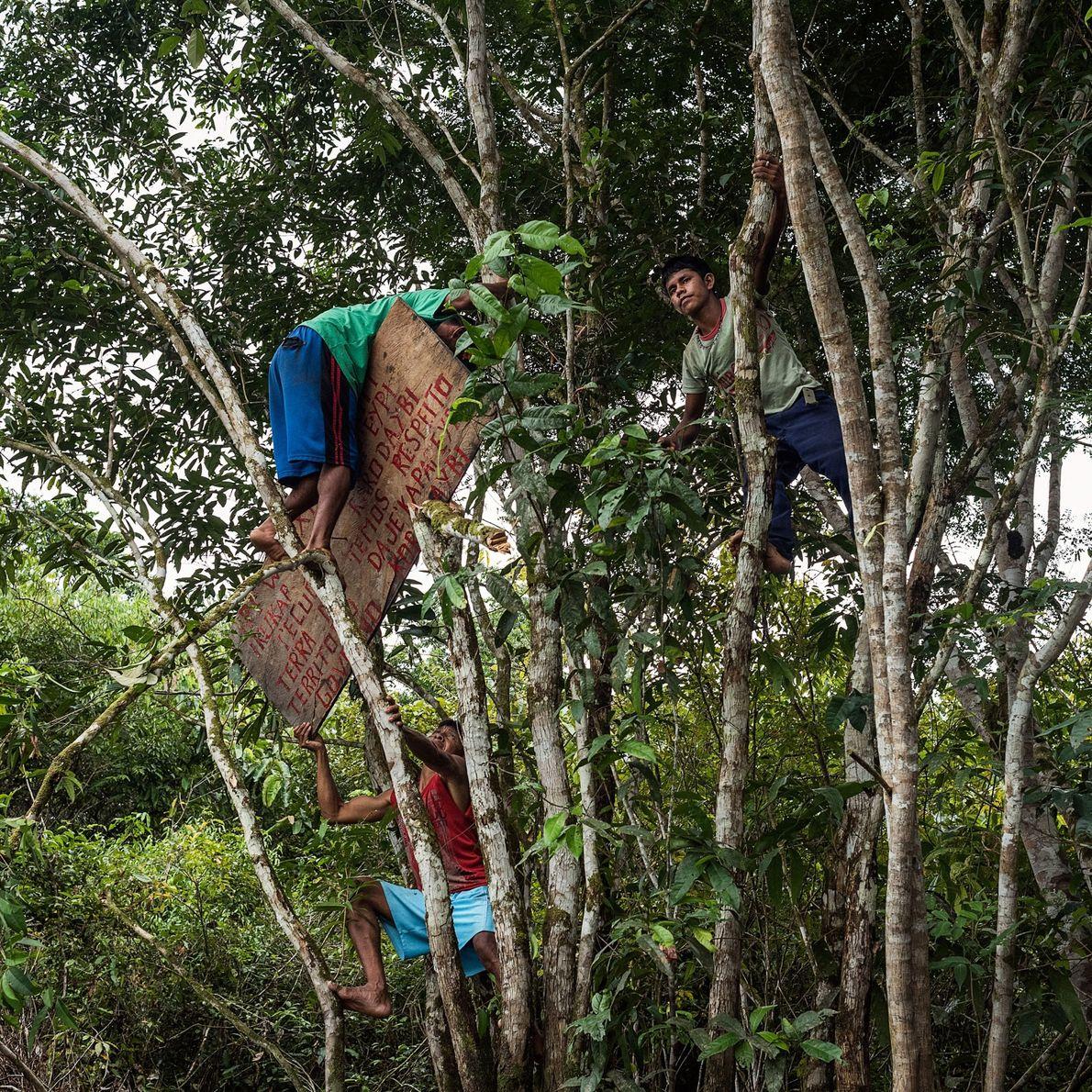 Guerreiros Munduruku penduram um sinal a pedir a estranhos que respeitem o seu território