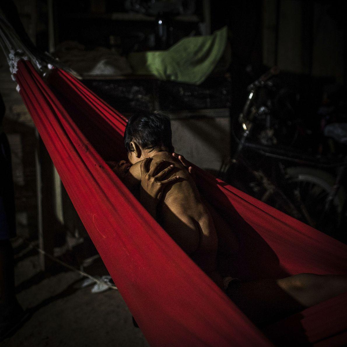 Uma rapariga Munduruku segura o irmão bebé, perto da cidade de Itaituba.