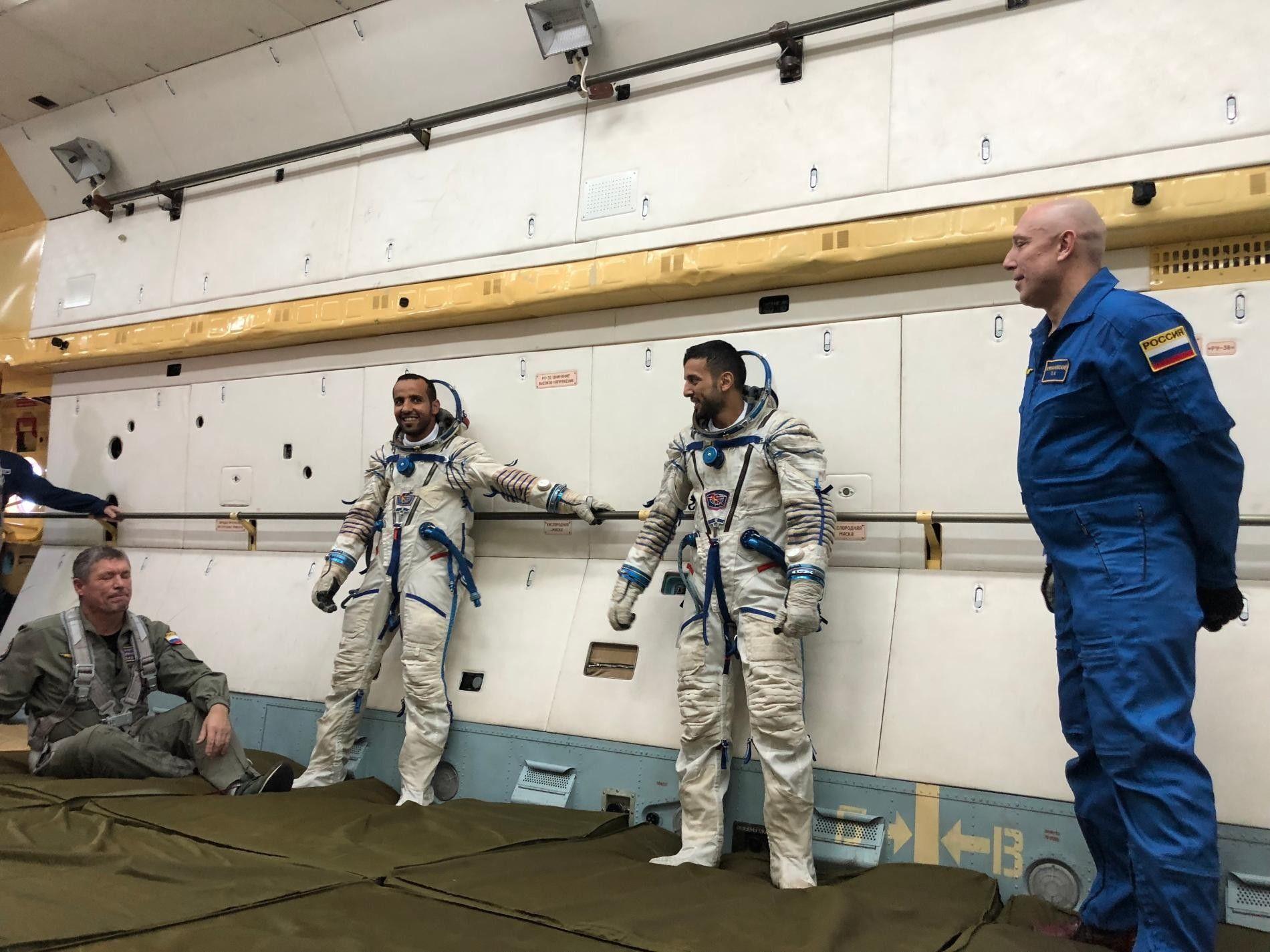 Os astronautas emiradenses, Hazzaa AlMansoori e Sultan AlNeyadi, durante os treinos.