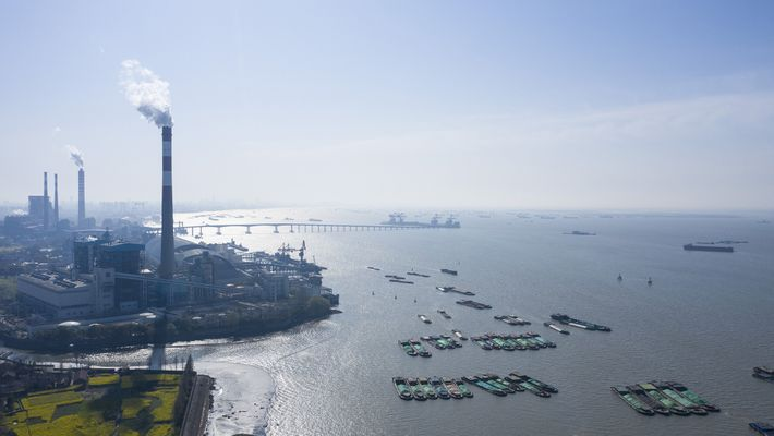 Batelões reunidos no rio Yangtze no momento em que a China se preparava para reiniciar a ...