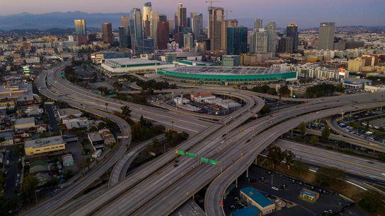 Nesta imagem vemos a cidade de Los Angeles praticamente sem trânsito. As autoridades estão a implorar ...