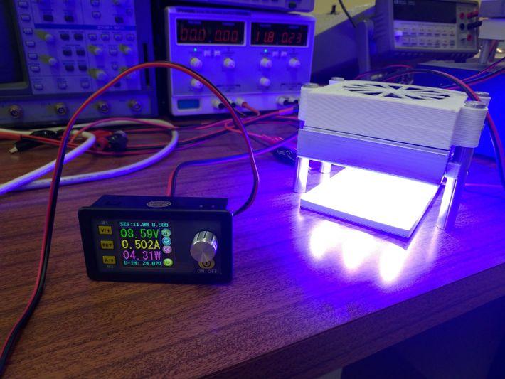 Ensaio laboratorial com luz durante o desenvolvimento do trabalho.